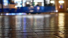 Tranvía de la gente de la lluvia de la ciudad metrajes
