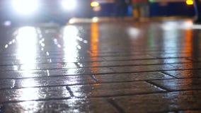 Tranvía de la gente de la lluvia de la ciudad almacen de metraje de vídeo