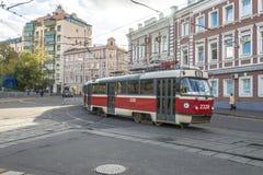 Tranvía de Moscú que camina abajo de la calle Fotografía de archivo