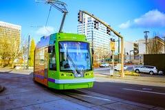 Tranvía de Portland, ése abierto en 2001 y surroun de las áreas de los servicios Imagen de archivo