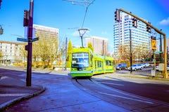 Tranvía de Portland, ése abierto en 2001 y surroun de las áreas de los servicios Imagen de archivo libre de regalías