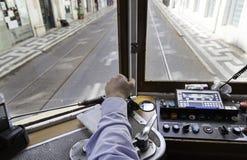 Tranvía del conductor en Lisboa Foto de archivo