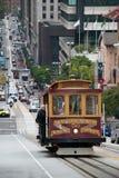 Tranvía del teleférico en San Francisco que sube para arriba la calle Foto de archivo libre de regalías