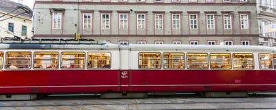 Tranvía del vintage en Viena en el movimiento Imagen de archivo