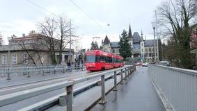Tranvía delante de Bern Historical Museum, Suiza fotografía de archivo