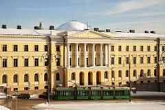 Tranvía delante del museo de la universidad de Helsinki imagenes de archivo