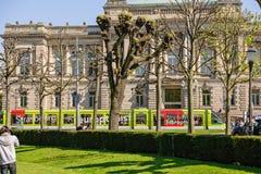Tranvía delante del teatro que construye Estrasburgo, Francia Imagen de archivo libre de regalías