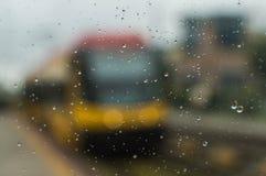 Tranvía detrás de un vidrio en un día lluvioso Imagen de archivo libre de regalías