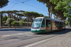 Tranvía eléctrica en calle de la ciudad de Roma fotos de archivo