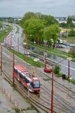 Tranvía en la ciudad lluviosa Imágenes de archivo libres de regalías