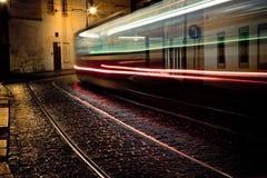 Tranvía en la noche en Praga imagenes de archivo