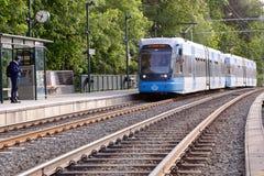 Tranvía en la parada de la tranvía de Linde Foto de archivo