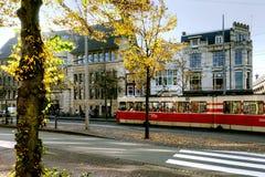 Tranvía en la parada en La Haya, Países Bajos fotos de archivo libres de regalías