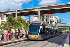 Tranvía en la parada en Niza, Francia Fotografía de archivo libre de regalías