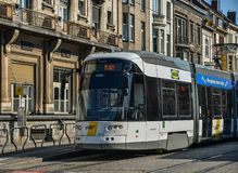Tranvía en las calles de Gante, Bélgica fotos de archivo