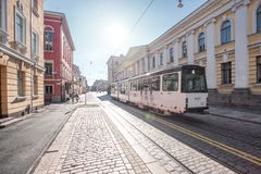Tranvía en las calles pavimentadas de Helsinki Imagenes de archivo