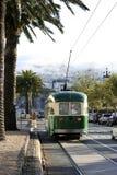 Tranvía en San Francisco con los picos gemelos brumosos Fotografía de archivo libre de regalías