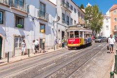 Tranvía famosa número 28 de Lisboa Fotografía de archivo