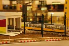 Tranvía miniatura en el depósito fotos de archivo