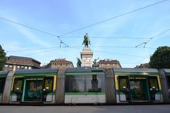 Tranvía moderna de Milán parqueada en el cuadrado de Cairoli con el monumento a Giuseppe Garibaldi imagen de archivo libre de regalías