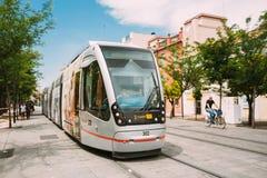 Tranvía moderna Tussam en la línea en Sevilla, España Fotografía de archivo libre de regalías