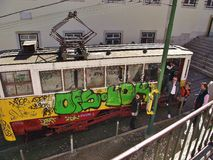 Tranvía pasada de moda en la ciudad vieja de Lisboa, Portugal imágenes de archivo libres de regalías