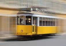 Tranvía que apresura Lisboa, Portugal Fotos de archivo