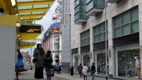 Tranvía que espera de la familia asiática para en el centro de Manchester almacen de video