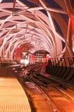Tranvía que espera dentro de un tubo elevado Foto de archivo libre de regalías