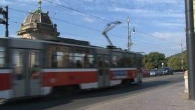 Tranvía que pasa por el puente de la legión, Praga almacen de video