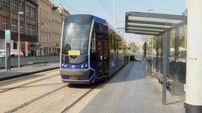 Tranvía que pasa por nueva tecnología de la estación almacen de video
