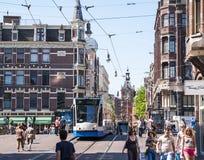 Tranvía que se ejecuta en el centro de ciudad Fotografía de archivo libre de regalías