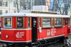 Tranvía roja con los libros en Lviv Fotografía de archivo
