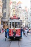 Tranvía roja del vintage en el cuadrado de Taksim en Estambul, Turquía Foto de archivo