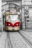 Tranvía roja del vintage en las calles viejas de Praga imagen de archivo