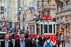 Tranvía roja en el cuadrado de Taksim Línea turística famosa con la tranvía del vintage Imagen de archivo