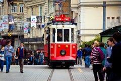 Tranvía roja en el cuadrado de Taksim Línea turística famosa con la tranvía del vintage Foto de archivo libre de regalías