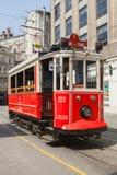 Tranvía roja en la calle de Istiklal en Estambul, primer imagen de archivo