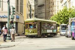 Tranvía rojo de la carretilla en el carril Foto de archivo