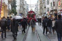 Tranvía rojo en la calle de Istiklal en Estambul, Turquía 30 de diciembre de 2017 Imágenes de archivo libres de regalías