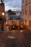 Tranvía tradicional en una calle estrecha en Lisboa, Portugal Foto de archivo libre de regalías
