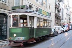 Tranvía verde en Lisboa (Portugal) Imagen de archivo