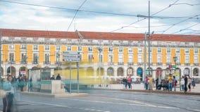 Tranvía vieja de Lisboa en el camino al cuadrado del comercio en viejo timelapse de la ciudad almacen de metraje de vídeo