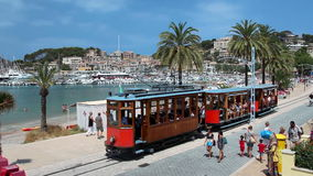 Tranvía viejo en Port de Soller, isla de Mallorca, España almacen de metraje de vídeo