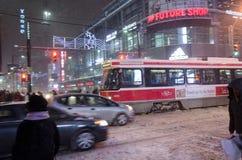 Tranvía y pasajeros de TTC durante nevadas en Toronto Foto de archivo