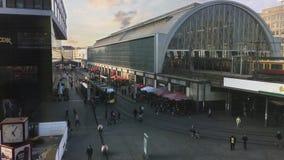 Tranvía y S-Bahn que llegan y que salen en Alexanderplatz ocupado en Berlín - visión superior metrajes