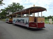 Tranvías amarillas rojas en el camino Imagen de archivo