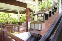 Tranvías de madera viejas para arriba y abajo de la colina Imagenes de archivo