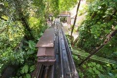 Tranvías de madera viejas para arriba y abajo de la colina Fotos de archivo