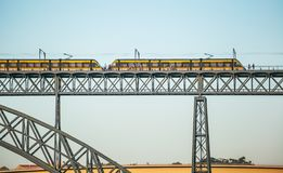 Tranvías del metro que van vía el puente de Dom Luise I entre Oporto y Vila Nova de Gaia Imagenes de archivo